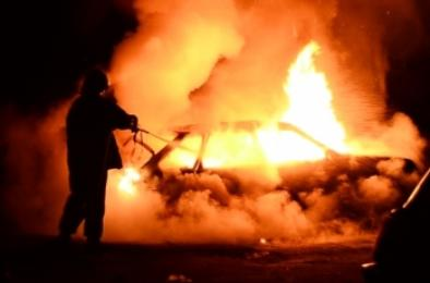 В Коркино подожгли машину и пытались сжечь дом