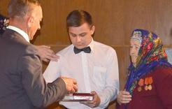 В Коркино ветеранам вручают медали