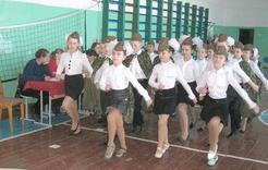 Школьники маршируют нога в ногу