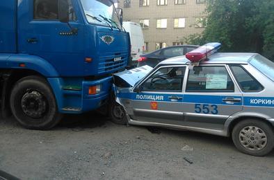 Машина ГИБДД угодила под грузовик
