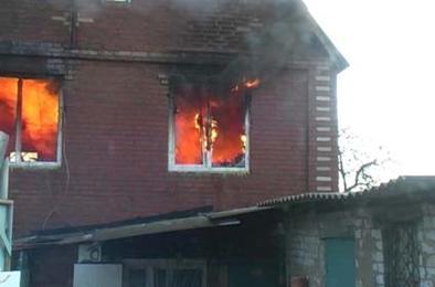На пожаре в Дубровке пострадал хозяин дома