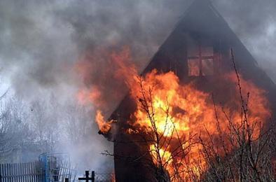 В Коркино горели дом и балкон