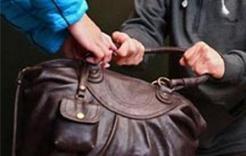 В Коркино грабитель отнял сумку у пенсионерки