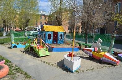 Коркинский пенсионер превратил двор в сказку