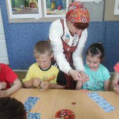 В выставочном зале Коркино учат мастерить кукол