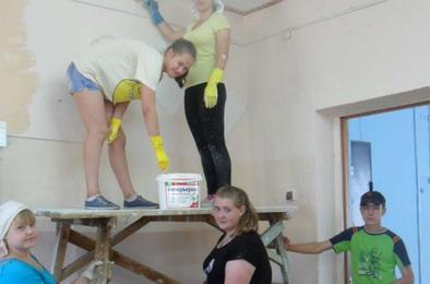 Коркинские ученики помогают в ремонте школ