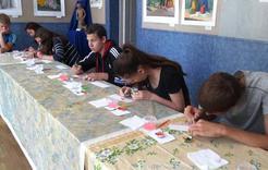 Подростки из трудовых отрядов побывали в городском выставочном зале
