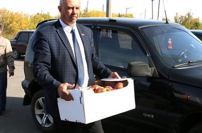 Шефы-угольщики угостили детсадовцев и школьников яблоками