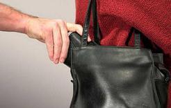 Жительницу Коркино обокрали, разрезав сумку