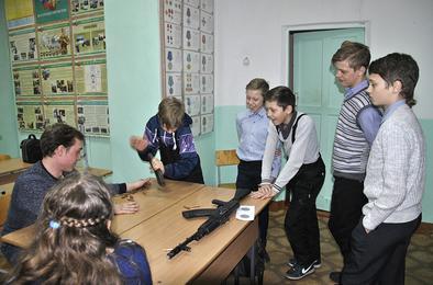 И девчонки научились разбирать автомат