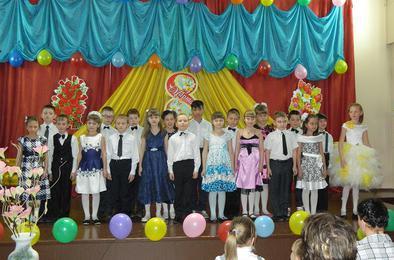 Коркинские школьники поздравили мам и бабушек