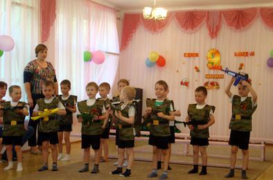 Дошкольники Коркино провели военный парад