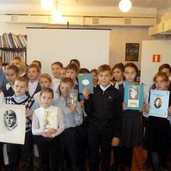 Школьники Коркино читают у портрета Есенина
