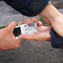 В Коркино грабитель отнял у женщины телефон средь бела дня
