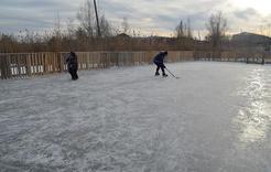 Жители коркинского микрорайона сами обустроили ледовую площадку