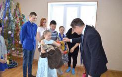В Коркино семья, взявшая на воспитание 8 детей, получила коттедж