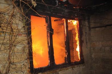 В Коркино сегодня ночью загорелся дом