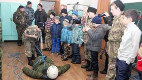 Коркинских казачат пожарные учили вязать узлы