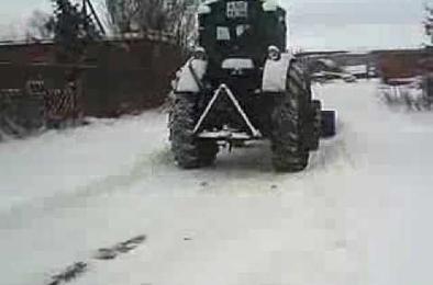 В Коркино в ДТП с трактором и автомобилем пострадал водитель авто