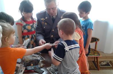 Дошкольники Коркино примерили форму полицейского