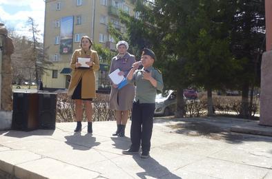 В Коркино читали стихи у памятника Павшим воинам