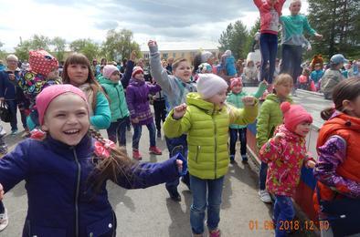 Розинских ребятишек в праздник повеселила «Карамелька»