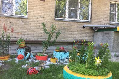 Благодаря школьникам в Коркинском районе благоухают клумбы