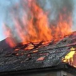 В Коркино ночью загорелся двухэтажный дом