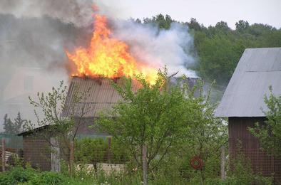 В Коркинском районе загорелись дача и автомобиль