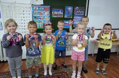 Коркинские дошкольники отмечают День флага