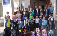 Коркинские единороссы помогают собирать детей в школу