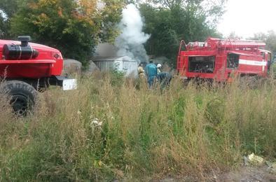 В Коркино пожарные вовремя потушили огонь возле гаражей