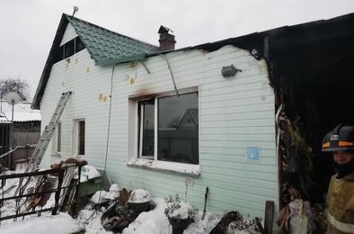 Вчера днем на станции Дубровка загорелся жилой дом