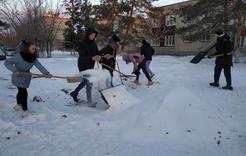 Волонтеры Коркино строят горки в детских садах