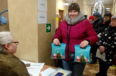 В Коркинском районе началась выдача новогодних подарков