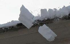 В Коркино на школьницу с крыши упал снег