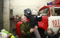 Детсадовцы Розы примерили каску пожарного