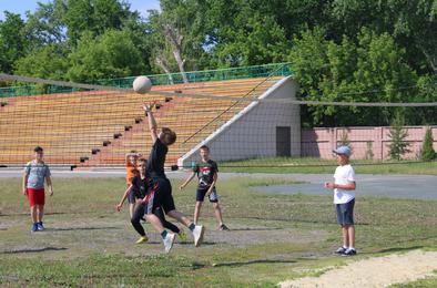 Среди школьных лагерей прошли соревнования  по пионерболу