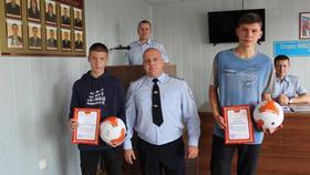 Полицейские Коркино наградили подростков, задержавших злоумышленника