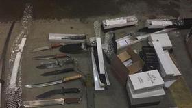 Пытались вывезти свыше двух тысяч единиц холодного оружия