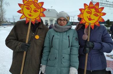 Весело, со скоморохами, блинами и сожжением чучела: жители Дубровки проводили зиму