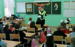 Урок безопасности для юных пешеходов - госавтоинспекторы проводят лекции в школах