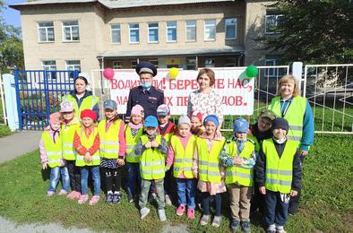 Госавтоинспекторы Коркино проводят практические занятия с дошколятами